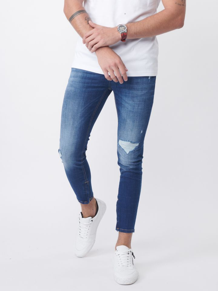 ג`ינס סקיני עם קרע בברכיים