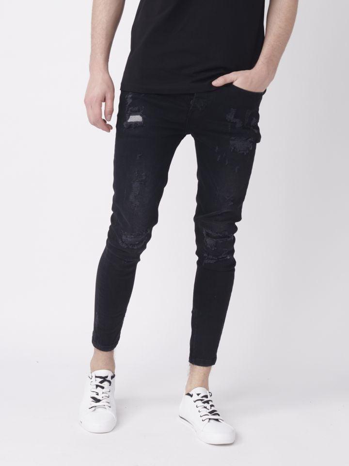 מכנסי ג`ינס עם קרעים אטומים.